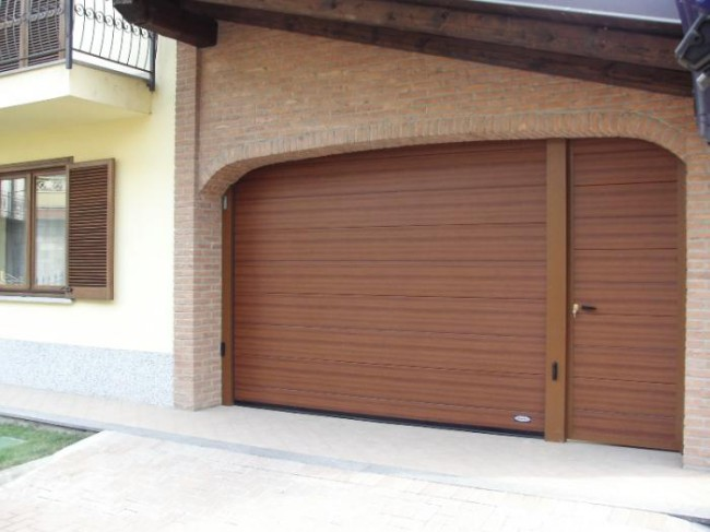 Garážová vrata s dveřmi