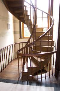 Masivní dřevěné točité schodiště