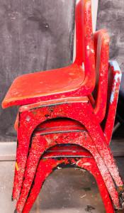 Oprýskaná rustikální jídelní židle
