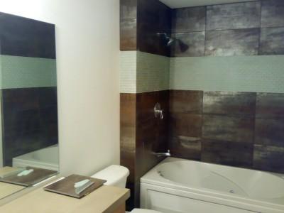 Tmavý obklad koupelny